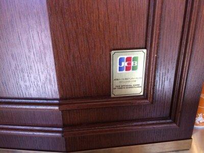 ディズニーランド内のレストランのレジにあるJCBのエンブレム