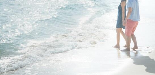 ビーチの波打ち際にいるカップル