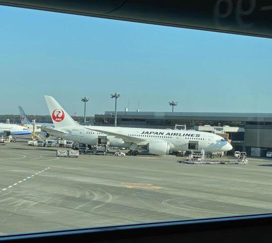 成田空港に駐機するJALの飛行機