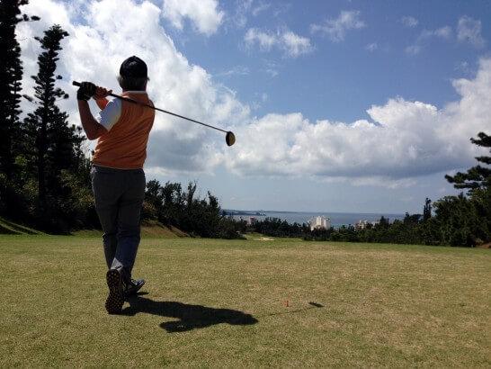 ゴルフショットの後の男性