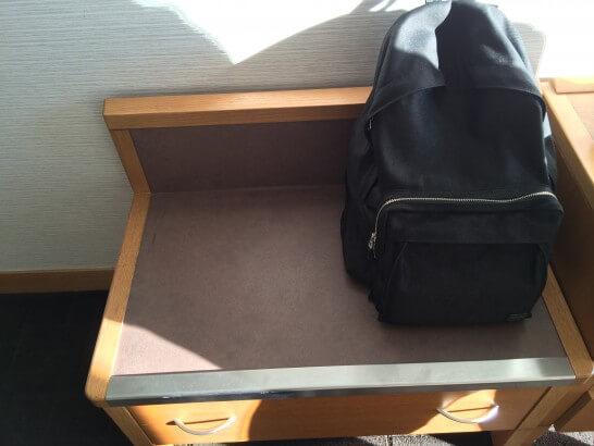鎌倉プリンスホテルの客室の荷物置き
