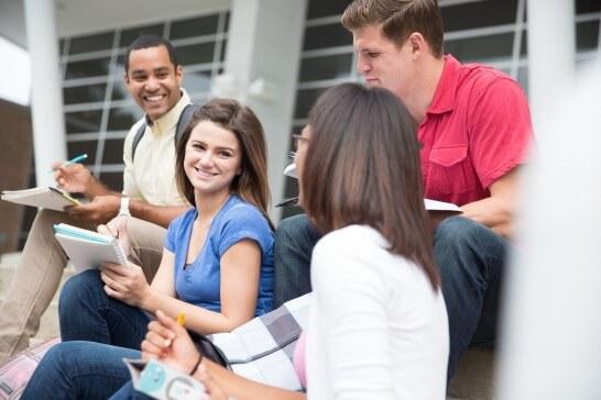 歓談する大学生