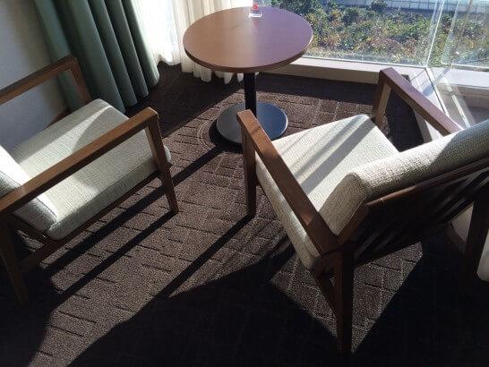 鎌倉プリンスホテルの窓際のソファー