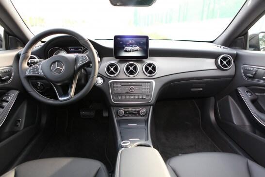 メルセデス・ベンツの運転席