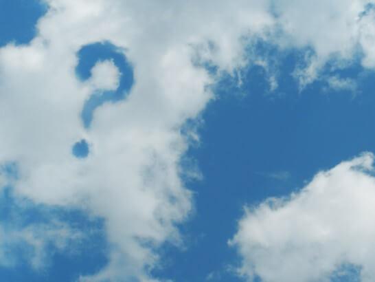 はてなマークがある雲と青空
