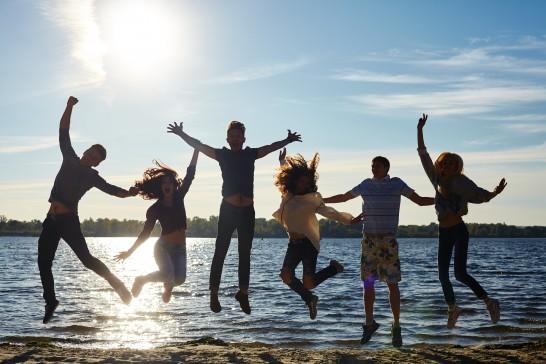 ジャンプする若者