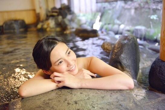 リゾートの露天風呂で笑顔の女性