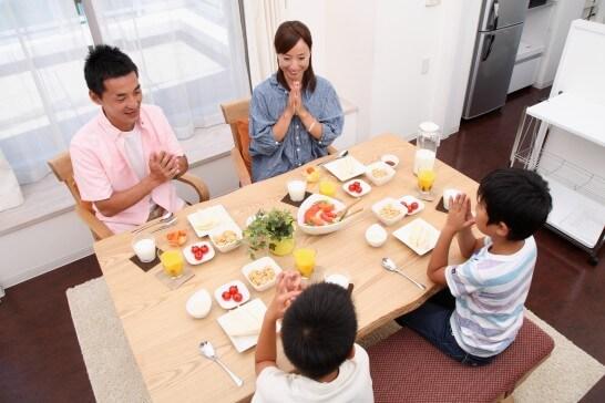 食事を始める家族