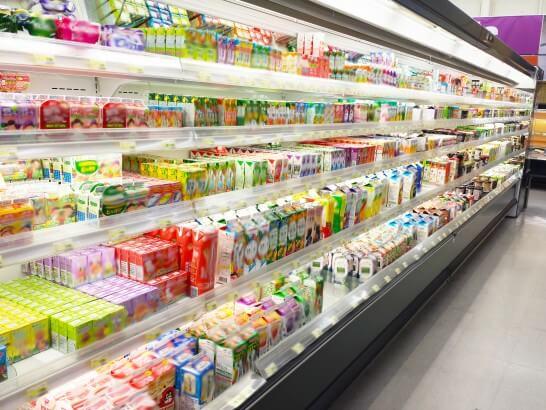 スーパーマーケットの飲み物コーナー