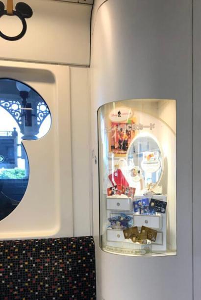ディズニーリゾートのモノレール内のディズニー★JCBカードの展示