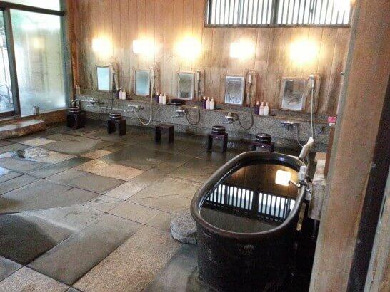 界伊東の大浴場の洗い場
