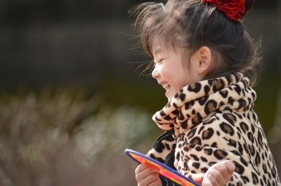 外で遊ぶ笑顔の子供