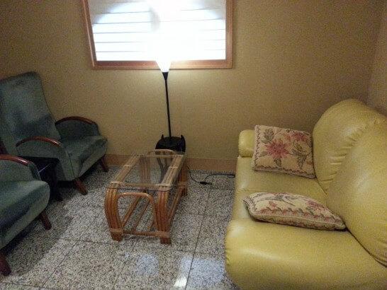 界伊東のブックカフェのソファー