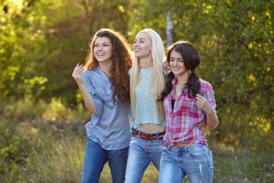 笑顔の3人の女性