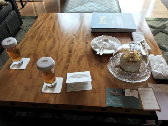 マンダリンオリエンタル東京のスイートルームのウェルカムケーキとドリンク