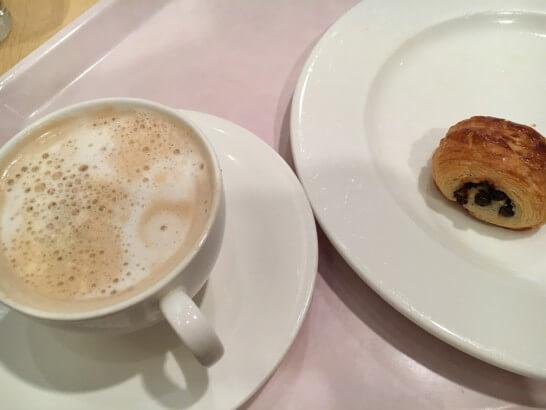 オークラ東京ベイの朝食ビュッフェのパン・カフェラテ