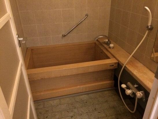 界伊東の「次の間付客室」の風呂