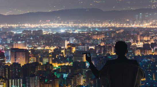 リッチな夜景を眺める男性