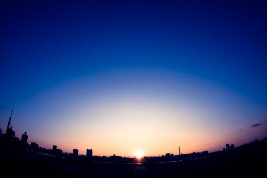 日の出と街