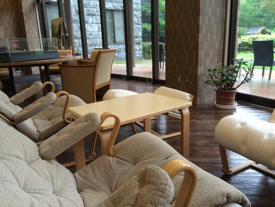 休暇村奥武蔵のロビーの窓際のベッド