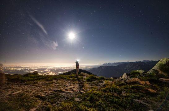 海外リゾートの夜景と山