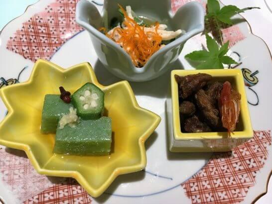 銀座 大志満の先付(寄せオクラ、鮴(ごり)の艶煮と川海老、蒸し鶏と水菜 )