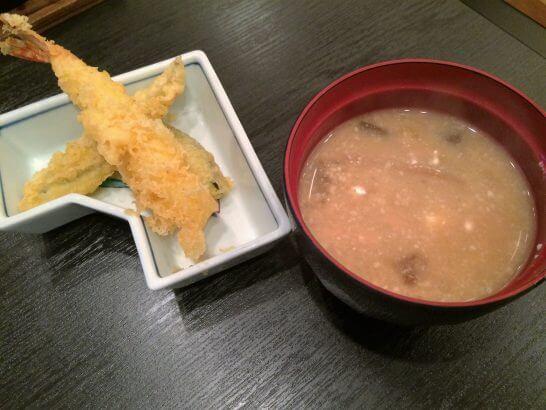 休暇村奥武蔵の夕食の天ぷら・味噌汁