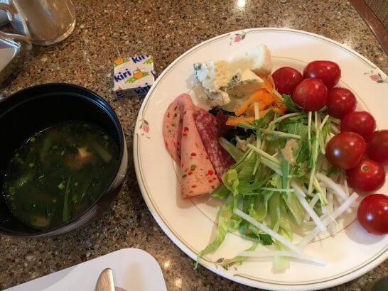 ロイヤルパークホテルの朝食 (サラダ・味噌汁)