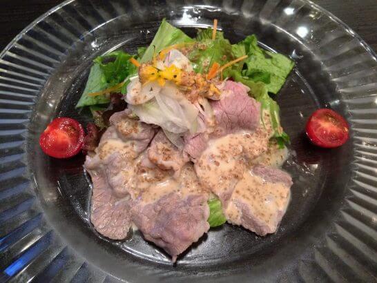 休暇村奥武蔵の夕食の肉のサラダ
