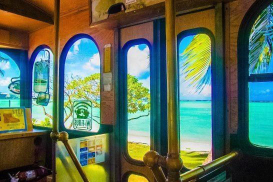 トロリーバスの車窓からのビーチ