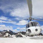 雪山とヘリコプター