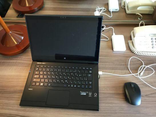 ホテルの客室とモバイルパソコン