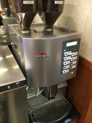 羽田空港のPOWER LOUNGE CENTRALのコーヒーマシン