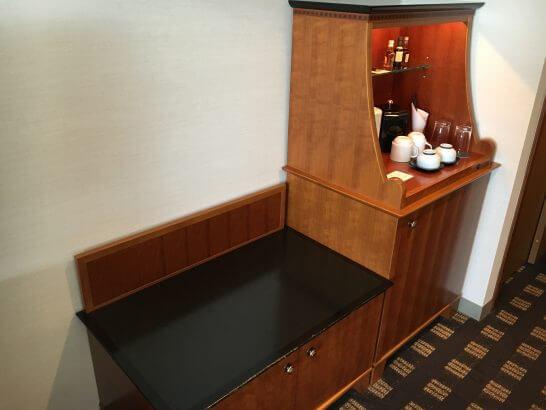 横浜ベイシェラトンホテル&タワーズのミニバー・荷物置き
