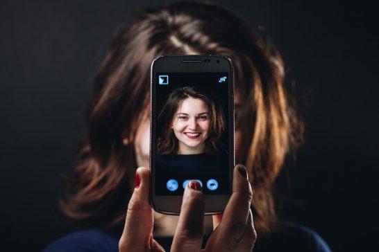 携帯電話で撮影する女性