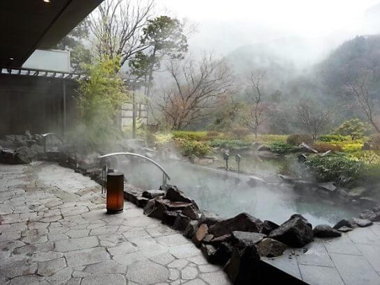 高級リゾートホテルの温泉
