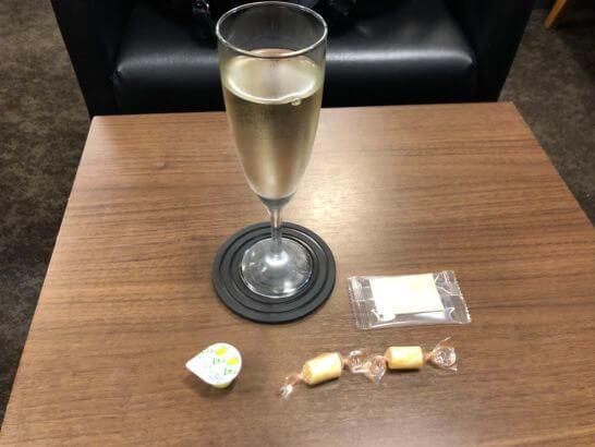 成田空港 第2ターミナルのT.E.I.ラウンジのスパークリングワイン・チーズ・駄菓子