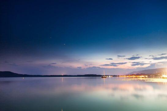 海外リゾートの美しい湖