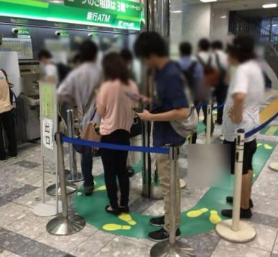 銀行ATMに並ぶ列