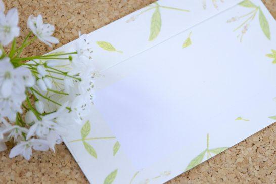 封筒と白い花