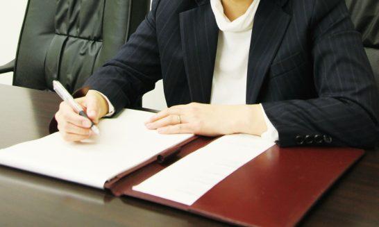 書類に記入するスタッフ