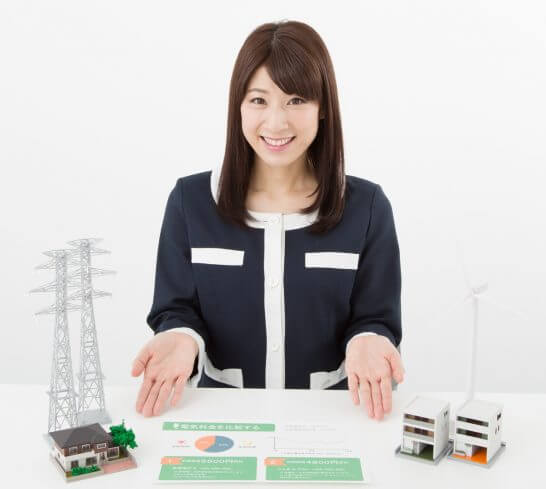 電力プランを説明する女性のイメージ