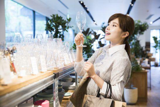 お店でショッピングする女性