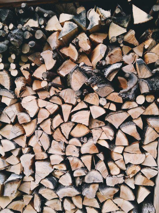 積み立てられた薪