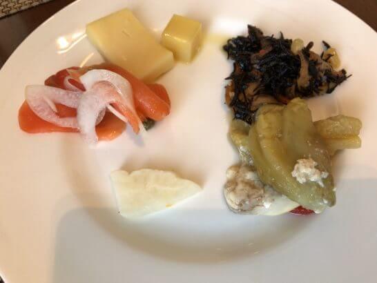 セントレジスホテル大阪の朝食のチーズ・野菜・スモークサーモン