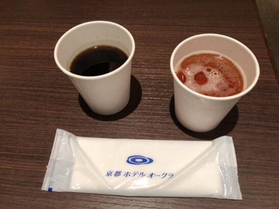 ダイナースの京都ホテル ウエルカムラウンジのコーヒー、ほうじ茶、お手拭き