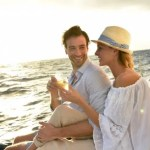 船上で乾杯するリッチな男女