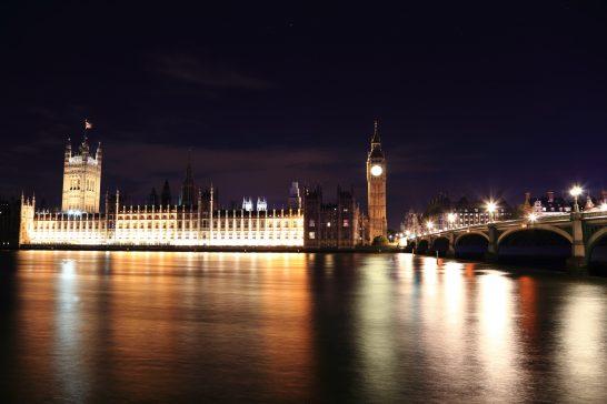ロンドンの光り輝く国会議事堂とビッグベン