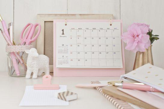 カレンダーとデスク