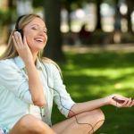 音楽を聞く外国人女性